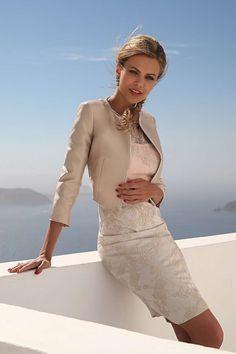 Linea Raffaelli cruise collection 16-17-set413 - jacket 161-707-02 dress 161-708-01 Een set om heel vaak te dragen een jurk met bijpassend jasje. De jurk valt op door de perfecte belijning waardoor de details extra goed opvallen. Het lijfje is roze en de rok wit met daarover heen een hoog gesloten toplaag van beige kant. Het korte kraagloos jasje en de voorpanden zijn met kraaltjes afgezet.