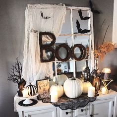 Looking for DIY Indoor Halloween Decor Ideas? Here you'll find some of the Best & incredibly unique Halloween Indoor Decoration Ideas. Spooky Halloween, Porche Halloween, Halloween Tisch, Theme Halloween, Halloween Home Decor, Holidays Halloween, Halloween Crafts, Halloween House Decorations, Halloween Displays