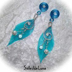 Boucles d'oreilles plumes turquoises et strass, montées sur clips
