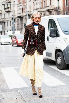 Click through for the best street style looks spotted at Milan Fashion Week Fall/Winter as captured by Sandra Semburg. Fashion Week 2018, Spring Fashion Trends, Milan Fashion Weeks, Latest Street Fashion, Girl Fashion Style, Fashion Now, Star Fashion, Moda Streetwear, Streetwear Fashion