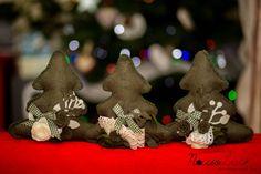 Quest'anno sotto l'albero di Natale ci saranno solo regali Handmade! A partire da questi alberelli decorativi di panno lana realizzati per tre amiche.  Regali Nocciolisa