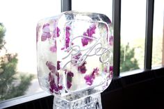 Coordinate your wedding flowers with your ice sculpture! Photo by Roee #minneapolisicesculptors