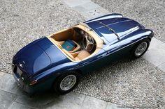 Villa d'Este 2015 : Ferrari 166 MM Barchetta Touring engagée par Clive Beecham, châssis 064M. Son premier propriétaire fut Gianni Agnelli, le célèbre patron de Fiat. Elle entra ensuite en possession d'Olivier Gendebien qui signa à son volant sa première victoire sur Ferrai à Spa. Et pour terminer la prestigieuse lignée de propriétaires, 064M resta durant 46 ans dans la famille Swaters.