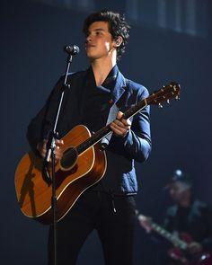 Shawn performing at the MTV EMA 2017