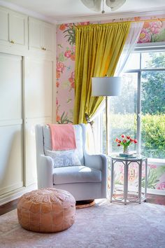 So many things right about this room! Fresh modern regency glam! Love it