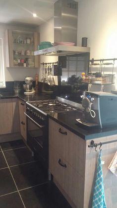 Gezellige keuken van keuken kampioen en kruidenrekjes van Ikea