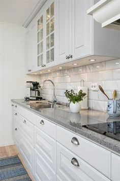Elegant White Kitchen Design Ideas for Modern Home White Kitchen Ideas - White never ever stops working to provide a kitchen layout a classic appearance. These trendy cooking areas, consisting of everything from white kitchen cupboards to smooth white . White Kitchen Cupboards, Kitchen Cabinets Decor, Cabinet Decor, Kitchen Layout, Home Decor Kitchen, Kitchen Interior, New Kitchen, Home Kitchens, Kitchen Ideas