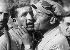 Bartali e Girardengo  Costante Girardengo, ex ciclista e commissario tecnico, bacia Gino Bartali, che aveva appena vinto l'undicesima tappa del Tour de France tra Montpellier e Marsiglia, il 18 luglio del 1938. In quell'anno Bartali vinse il suo primo Tour de France.  (AFP/Getty Images)