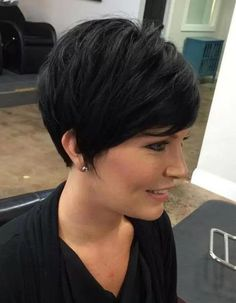The long pixie cut is a great way to take your short hair to the next level. Its variants suit different face shapes, hair types, and personalities. Check out the best long pixie haircut ideas in pictures to get inspired! Short Hair With Bangs, Short Hair With Layers, Short Hair Cuts, Long Bangs, Choppy Layers, Short Haircut Styles, Short Layered Haircuts, Long Hair Styles, Short Styles