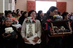 Bolivianos seguram caveiras em uma missa católica durante o  Dia dos Crânios, no Cemitério Geral de La Paz. Bolívia