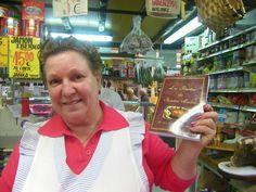 """Se llama Nieves de los Santos y es la autora del libro Las recetas de una madre. Lo vende en su propia tienda """"Las Cositas Buenas"""" que tiene en el mercado de abastos de San Fernando. Lo escribió para regalárselo a sus hijos que se iban fuera y gustó tanto que ya ha vendido más de 300 ejemplares. Más detalles en cosasdecome. http://www.cosasdecome.es/sin-categora/el-libro-de-una-madre/"""