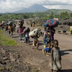 Refugees flee with their belongings from the city of Kibati to Goma. DRC (Xinhua/Reuters Photo)