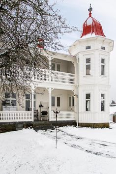 This is just so very gorgeous, white snow, fabulours white house with red dome, tree with bare branches. This Old House, My House, Dream House Plans, My Dream Home, Abandoned Houses, Old Houses, Lac Tahoe, Appartement Design, Home Porch