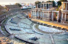 El teatro de Mérida es un ejemplo de la arquitectura de ocio de los romanos. Fué mandado construir por el Cónsul Marco Agripa entre  15 y el 16 a.c , fué un regalo para la ciudad. Destaca por su columnado jónico en el proescenio que crea una sensación de tridimensionalidad con sus entrantes y salientes. Con un aforo de 6.000 personas y un peristilo trasero o pórtico columnado para los actores en el que actualmente se puede disfrutar de un paseo y una copa o ver actuaciones en Julio y Agosto Merida, Ancient Architecture, Outdoor Furniture, Outdoor Decor, Wonderful Places, Hammock, Bella, Sewing, Wayfarer