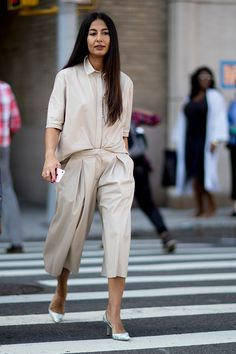 a street style shot of an editor at new york fashion week wearing a neutral outfit Street Style Trends, Look Street Style, New York Fashion Week Street Style, Street Style Summer, Cool Street Fashion, Look Fashion, Street Styles, Fashion Outfits, Hijab Fashion