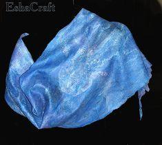 Для палантина нам понадобится Шерсть мериносовая около 100гр (синяя -50гр, темно-синяя, синяя, сине-фиолетовая - 50гр). Вы можете взять любой понравившийся цвет, и его оттенки в любых соотношениях. Шелк, разряженный крашенный - 3метра. (ширина ок.65 см) Шелк, разряженный белый - 0.5 метра. Кусок атласа в цвет – примерно 10 на 30 см Волокна в…