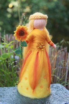 Sonnenfee, Sonnenblumen Fee,stehend von Jalda auf DaWanda.com von Jalda-Filz #Waldorfart #Jahreszeitentisch#DIY