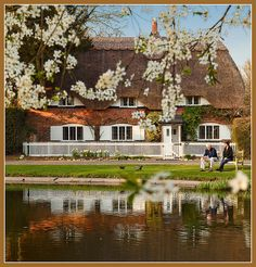 Cottage by the village pond, Crawley, Hampshire, England ᘡղbᘠ Beautiful Homes, Beautiful Places, Hampshire England, Cottage Style Homes, Cottage Design, Thatched Roof, Interesting Buildings, Cozy Cottage, Exterior