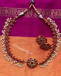 Looking for simple gold necklace designs? Here are our picks of 19 adorable necklace models that you can't resist. Mens Silver Jewelry, Silver Jewellery Indian, Indian Wedding Jewelry, Gold Jewellery, Saree Jewellery, Ruby Jewelry, India Jewelry, Handmade Jewellery, Statement Jewelry