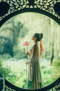my hanfu favorites Asian Style, Chinese Style, Chinese Art, Traditional Chinese, Hanfu, Geisha, Dreamy Photography, Chinese Clothing, Poses