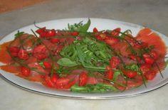 Filetti di trota salmonata affumicata in carpaccio con rucola ed erba cipollina