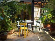 Ästhetik und Qualität für drinnen und draußen – dem englischen Star-Designer Jasper Morrison ist mit dem All Plastic Chair (APC) wieder einmal ein großer Wurf gelungen. Der APC führt das Formenrepertoire traditioneller Holzstühle behutsam in die Gegenwart. Dementsprechend ist der APC ergonomisch angepasst, technisch ausgereift, standfest, wohlproportioniert und wunderschön. Gummipuffer federn Rahmen und Rückenlehne an; die verwendeten Kunststoffe sind licht- und wasserfest – was will man…