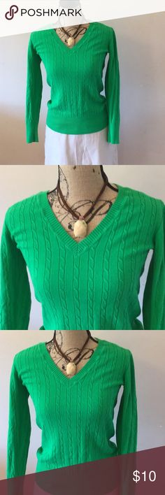 OLD NAVY Kelly green cable sweater Great piece for spring. This lightweight green sweater from old navy looks great over a t- shirt or alone. Can be worn on chilly nights or chilly mornings at soccer games or on the golf course. Necklace and skirt shown can also be purchased in my closet. Old Navy Sweaters V-Necks