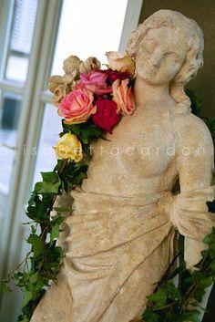 #elisabettacardani #italianstyle #rose #festone #statua #ederarose
