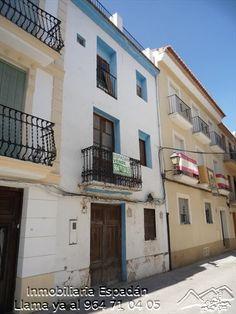 Venta casa antigua para reformar en Navajas en la calle San Roque. Muy céntrica con muy buenos accesos. Con la estructura de madera para reforzar y tejado de nueva construcción. 46.500 €