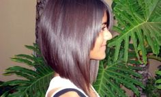 Le carré long plongeant est la coupe idéale pour celles qui souhaitent couper leurs cheveux mais qui ont peur de se lancer !