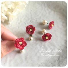 """1,288 Likes, 18 Comments - Lunarheavenly (@lunarheavenly) on Instagram: """"新作のお花、椿の耳飾りができました。 イヤリングには揺れるコットンパールを、ピアスにはパールキャッチを。 こちらも9/7〜13うめだ阪急でのリボンマルシェへ♡ #crochet…"""""""