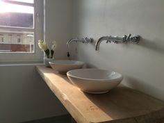 In de badkamer hebben wij eiken houten plank gebruikt en daarop mooie kommen aangebracht. De kranen hebben wij in de muren laten verwerken.
