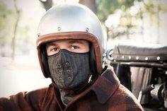 冬でもバイクに乗る人なら欠かせない、ネックウォーマーやマスク。 ふわふわもこもこで暖かい素材のものもいいけど、 […]