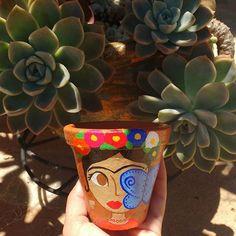 Penúltima Frida do ano!  . . #frida #fridakahlo #minhacasapop #minhalojapop #macetas #fridalove #fridoca #fridinha #fridadiadelosmuertos #suculentas #elo7 #encomendas #flores #flowers #decolalab2016 #decola2016 #estudiomagnolia #designerdaniela #macetas #macetaspintadas #vasodebarro #vaso #jardim #plant #borboletas #butterfly