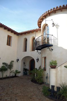 best exterior paint colors for spanish style homes Spanish Style Interiors, Spanish Style Bathrooms, Spanish Style Decor, Spanish Style Homes, Spanish House, Spanish Colonial, Spanish Revival, Spanish Architecture, Colonial Architecture