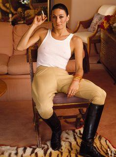 Anjelica Huston, photo by Annie Leibovitz, Vanity Fair, 1985 Annie Leibovitz, Beautiful Old Woman, Beautiful People, Beautiful Things, Philippe Junot, Houston, Androgynous Models, Anjelica Huston, Jack Nicholson