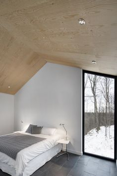 naturehumaine have designed the Bolton Residence, a house on a sloped site surrounded by woodlands in Quebec, Canada. naturehumaine have designed the Bolton Residence, a house on a sloped site surrounded by woodlands in Quebec, Canada. Plywood Ceiling, Plywood Walls, Wood Ceilings, Floor To Ceiling Windows, Plywood Interior, Timber Ceiling, Home Interior Design, Interior And Exterior, Architecture Design