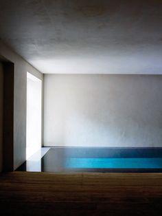 Svoj pôsobivý štýl Rose vycibrila počas svojej dlhoročnej skúsenosti práce obchodníka so starožitnosťami a interiérového dizajnéra v Paríži. Chuť, ktorú vidieť v jej úžasnom dome je klasicky elegantný na každej úrovni.