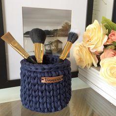 • PP • azul marinho 🌊 Esse é o tamanho ideal do nosso catálogo para pinceis de maquiagem! 💄 . . . #croche #crocheting #crochetersofinsragram #crochet #handmade #loveit #crochetlove #brasil #feitoamao #decorar #working #color #design #arte #art #curitiba #tramaria #ctba #organizar #artesanato #fiodemalha #moda #brasil #decoracao #decor #interiores #design #knit #decorar