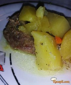 Recept za Sočni svinjski vrat sa krompirom iz rerne. Za spremanje ovog jela neophodno je pripremiti svinjski vrat, krompir, šargarepu, senf, maslinovo ulje, bosiljak, peršun.