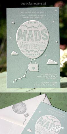 Super lief geboortekaartje door Letterpers.Het kaartje is gedrukt in een mooi oud blauwe kleur met 1 pms kleur op de voorkant. Door middel van een preeg komt de ballon met enkele wolkjes omhoog.