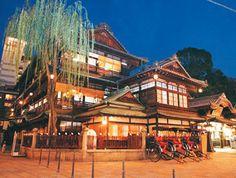 夜のライトアップも素敵な道後温泉。愛媛県の絶対おすすめ観光スポット