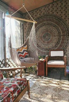 balançoire d intérieur, chaises vintage et une ambiance style boho chic
