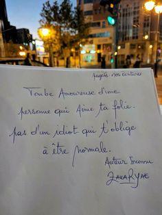 Tombe amoureuse d'une personne qui aime ta folie. Pas un idiot qui t'oblige à être normale. #citation #citationdujour #proverbe #quote #frenchquote #pensées #phrases #french #français #amour