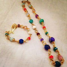 Hermoso juego de pulsera y collar, bañados en oro y decorado con piedras. ¡Línea Capri!