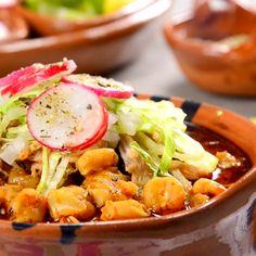 En estas fiestas patrias aprovecha para preparar el tradicional pozole jaliciense que es delicioso y es perfecto para cualquier ocasión. Acompáñalo con las tradicionales guarniciones de cebolla, lechuga, rábano y tostadas de maíz con crema.