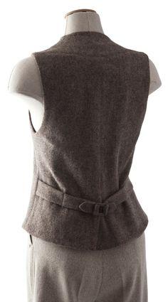 Ce gilet féminin se ferme à l'aide de quatre boutons. Il peut si besoin être cintré grâce à la pâte de serrage dos à double boutonnage. Sur le devant, deux poches plaquées caractérisent le gilet Vanoise.