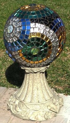 Fifteen Gardening Recommendations On How To Get A Great Backyard Garden Devoid Of Too Much Time Expended On Gardening Gazing Ball Stained Glass Mosaic Flower Garden. Via Etsy. Mosaic Garden Art, Mosaic Diy, Mosaic Crafts, Mosaic Projects, Mosaic Glass, Glass Art, Garden Spheres, Garden Balls, Glass Garden