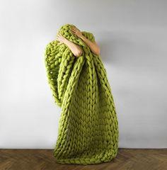 Elle tricote des couvertures et vêtements tellement énormes qu'on les croirait tricotés par des géants                                                                                                                                                                                 Plus