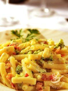 La Pasta ai broccoli e guanciale è una pietanza buona, a base di pochi ingredienti saporiti e genuini. Un piatto veloce che accontenterà tutta la famiglia!
